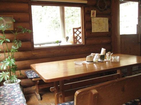 佐伯区湯来の ログ喫茶 富夢想野のテーブル