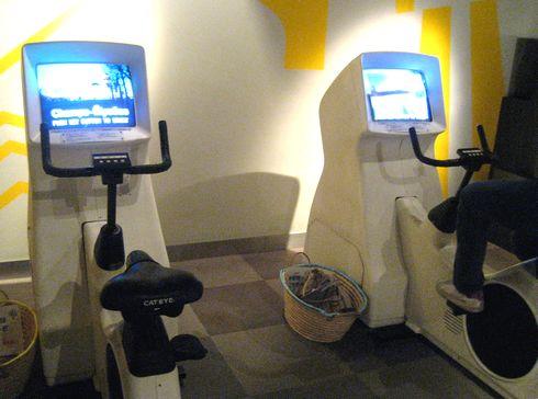 広島市交通科学館 内部のサイクリングマシン