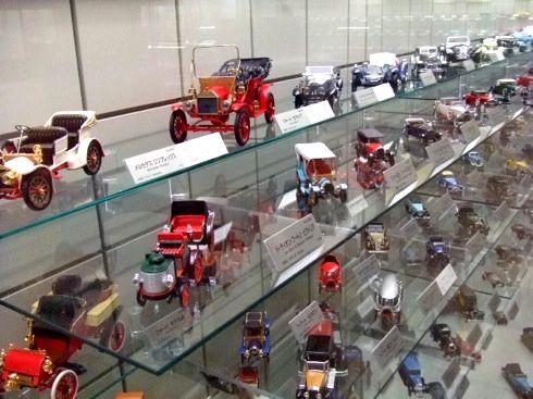 広島市交通科学館 内部 車の模型展示