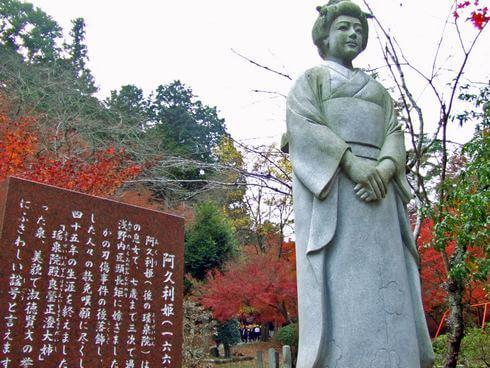 三次市 尾関山公園の紅葉とあぐり像