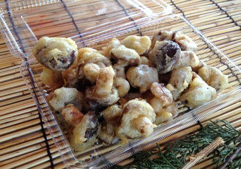 甲山いきいき村、店頭でキノコの天ぷら揚げも