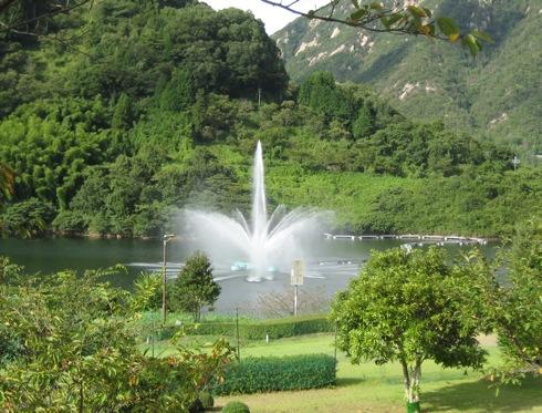 山口県 弥栄湖、ダム湖百選に選ばれた美の景観と 噴水