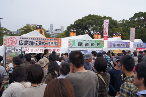 広島てっぱんグランプリ お好み焼きの出来上がりを待つ列