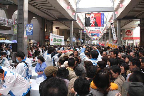 呉市 日本一の太巻きの配布に並ぶ人だかり