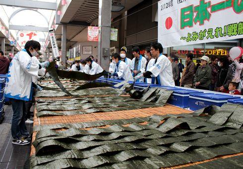 呉市の 日本一太巻き 海苔を並べる