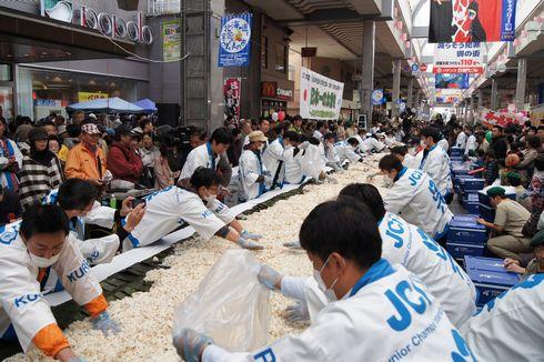 呉市 日本一の太巻きづくり すし飯を広げる