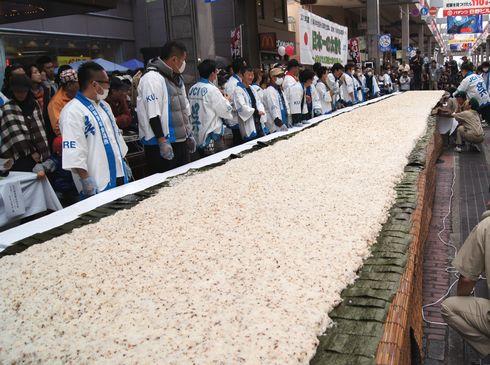 呉市 日本一の太巻き作り すし飯の高さ均等
