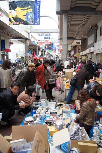 呉中通り商店街でのフリマの様子