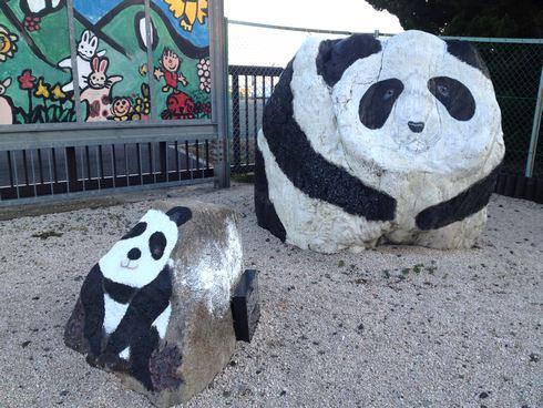 大竹市にパンダの親子がいる風景。ストーンアートが町のあちこちに