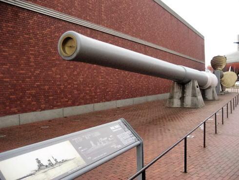 広島県呉市 大和ミュージアム 正面玄関の大砲