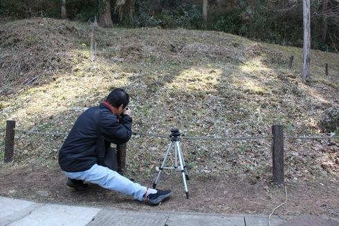 節分草(セツブンソウ) 写真撮影する人