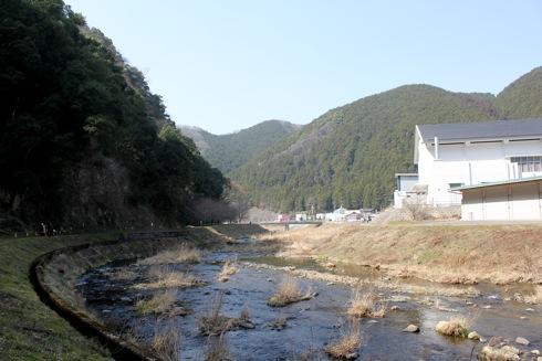 リストアステーションの裏にある小川