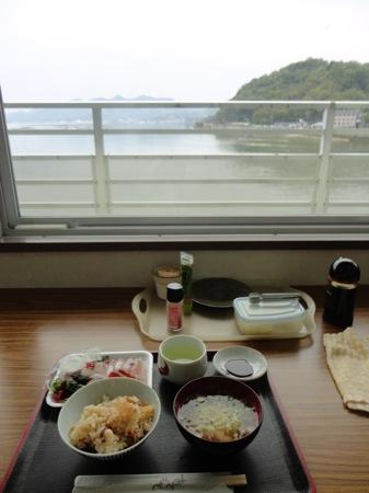 江田島 海辺の海鮮市場 窓際の様子