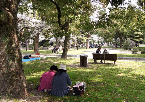 広島市 平和公園の木陰で休む人