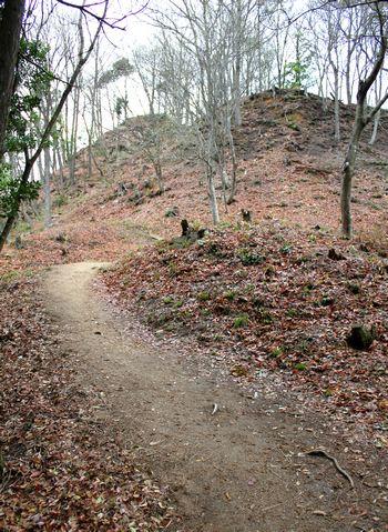 鏡山城跡への道 山頂付近