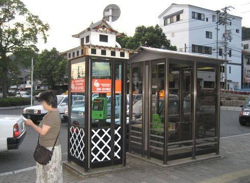 三原駅西口にミニ三原城!? 電話ボックスが浮城仕様