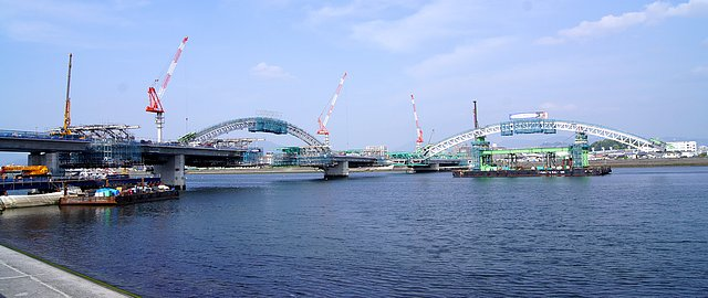 広島南道路、観音地区の橋にアーチがかかる