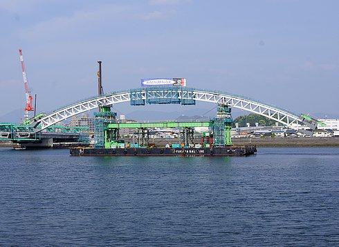 広島南道路、太田川放水路にアーチが架かる工事