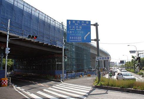 広島南道路、観音地区の橋にアーチがかかる 商工センターの高架橋