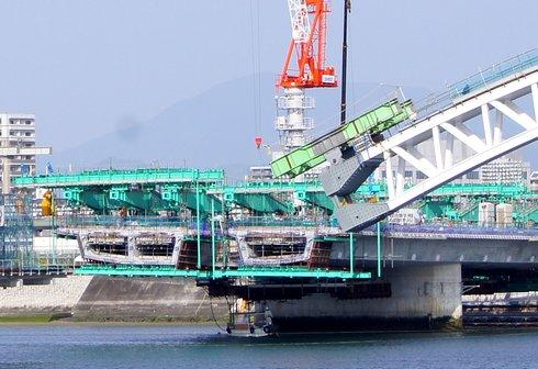 広島南道路、観音地区の橋にアーチがかかる1