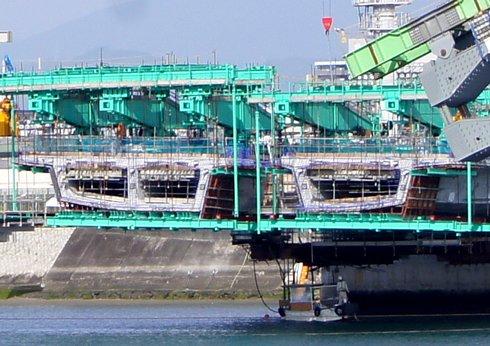 広島南道路、観音地区の橋にアーチがかかる 接合部分