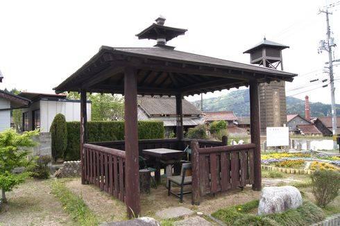 時報塔と屋根付きベンチ