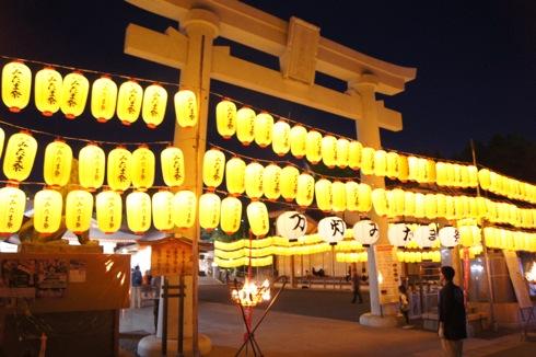 広島護国神社 万灯みたま祭、美しく光る無数のちょうちん
