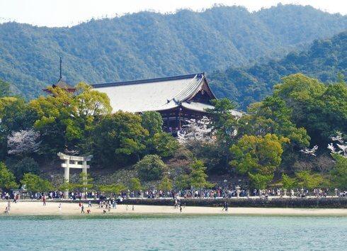 海から見た春の豊国神社(千畳閣)