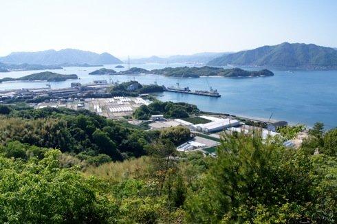 因島 白滝山の中腹展望台から見る青い海とのどかな風景