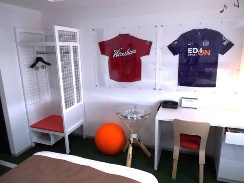 カープとサンフレのユニフォームが飾ってある部屋
