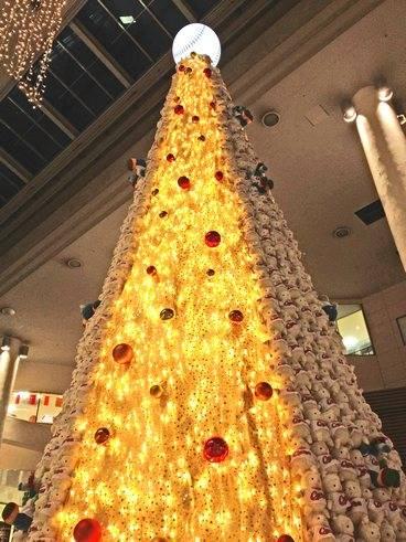 カープとコラボしたクリスマスツリー、アルパークにて