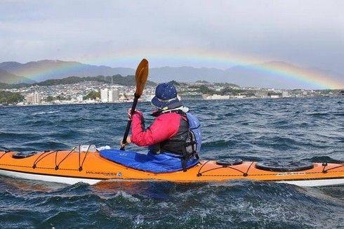 低い虹に、シーカヤック中の男性もウットリ