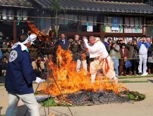尾道市で火渡りの荒行!素足で火の道を通る「火渡り柴燈護摩」