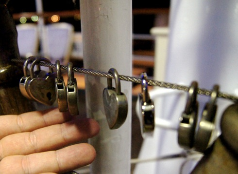 「3階デッキにある「恋人たちの舵輪」」の画像検索結果