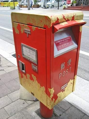 コイン通り、お金持ちの町の電話ボックスやポストは キラリまぶしい!