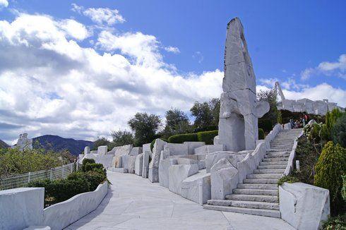 彫刻家の杭谷一東が作る、未来心の丘 オブジェ
