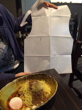 汁なし担担麺 くにまつ 紙エプロンもらえる