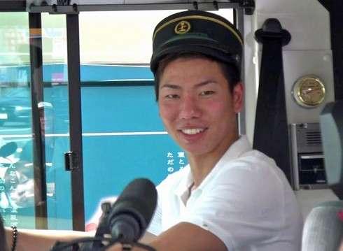 サンフレッチェ広島 浅野選手、サンフレバスで運転手気分