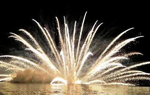 宮島水中花火大会2014、大鳥居沖に咲いた真夏の大輪
