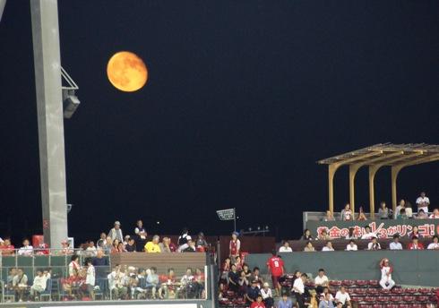 月がオレンジ色(赤色)で大きく見えるのはなぜ?