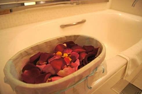 バスルームにバラの花びらが