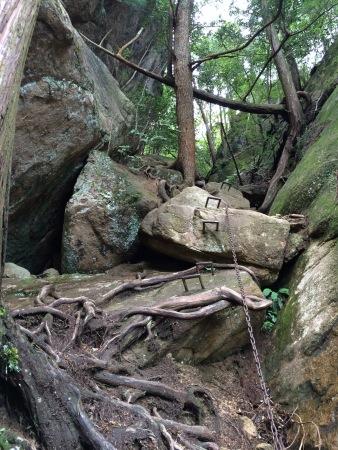 三倉岳 登山の様子 鎖場2