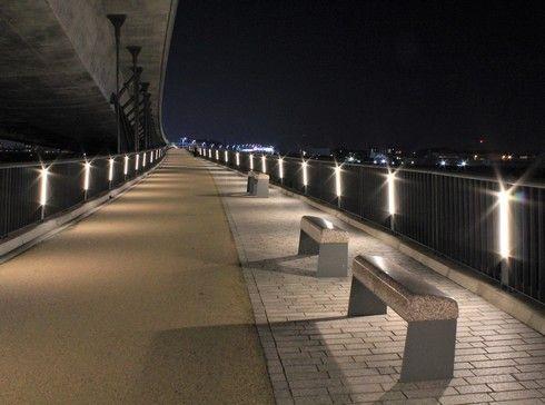 太田川大橋のライトアップ、ベンチも