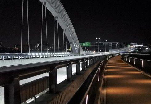 夜景も綺麗な太田川大橋を歩いて渡る