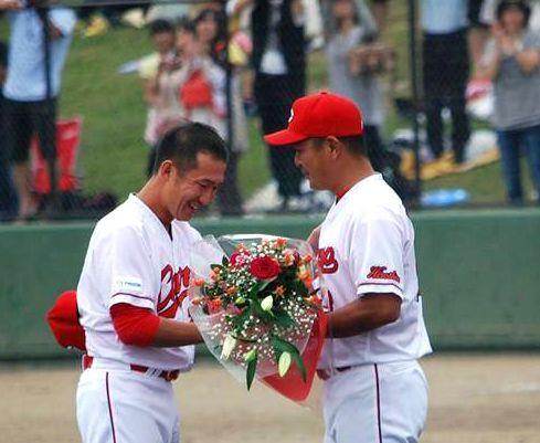 最後の試合で花束を渡されるカープ横山投手