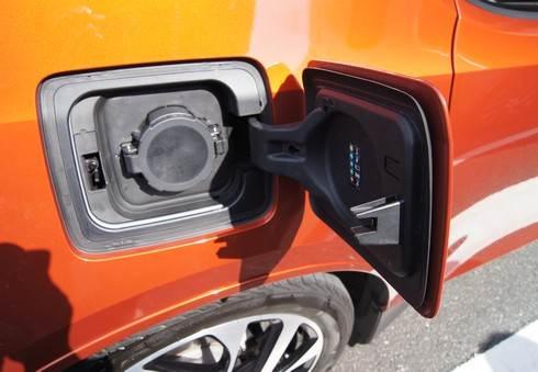 BMWi 高速充電なら30分で80%充電可能