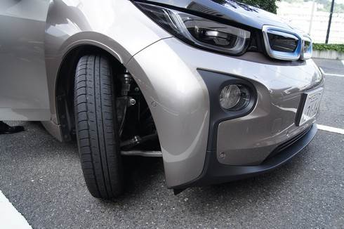 BMWi タイヤは細くて大きい