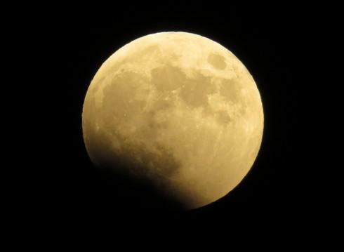 皆既月食、月が欠け始める