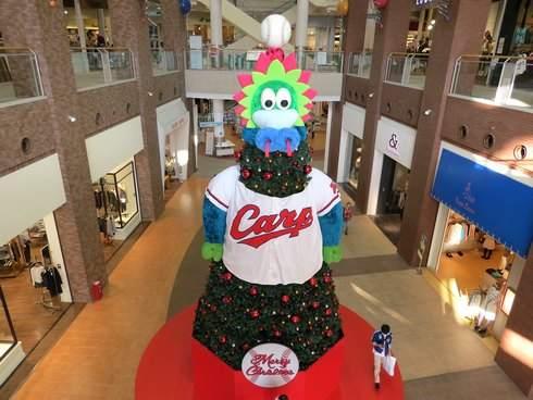 巨大なスラィリーのクリスマスツリー、イオンモールがカープ色の装飾で