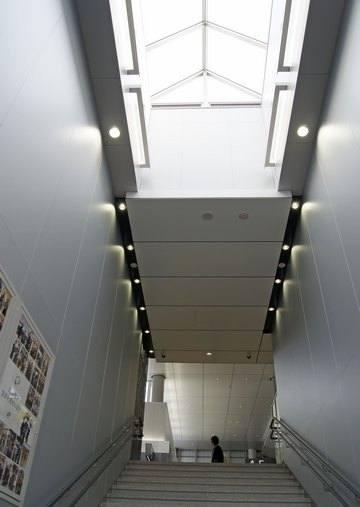 広島駅ホームからの階段天井に窓